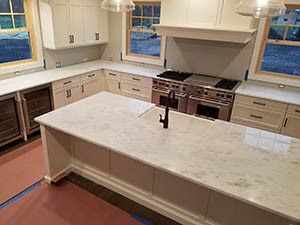 Quartzite: Super white quarzite Kitchen